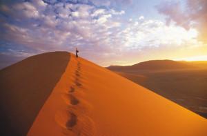 Ein Mann auf einer Wüstendüne - Namibia Reiseinfos